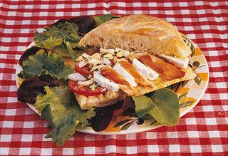 Sandwich au fromage de chèvre, poulet et tomate