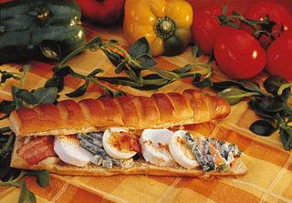 Sandwich brioché au chèvre, lard et petites légumes