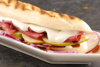 Sandwich panini au chèvre, pommes et bacon