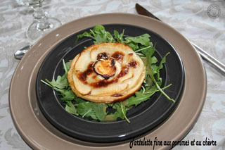 Tartelette fine aux pommes et au chèvre, roquette vinaigrette au miel