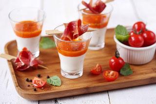 Verrine au yaourt au lait de brebis nature, gaspacho, menthe et jambon cru